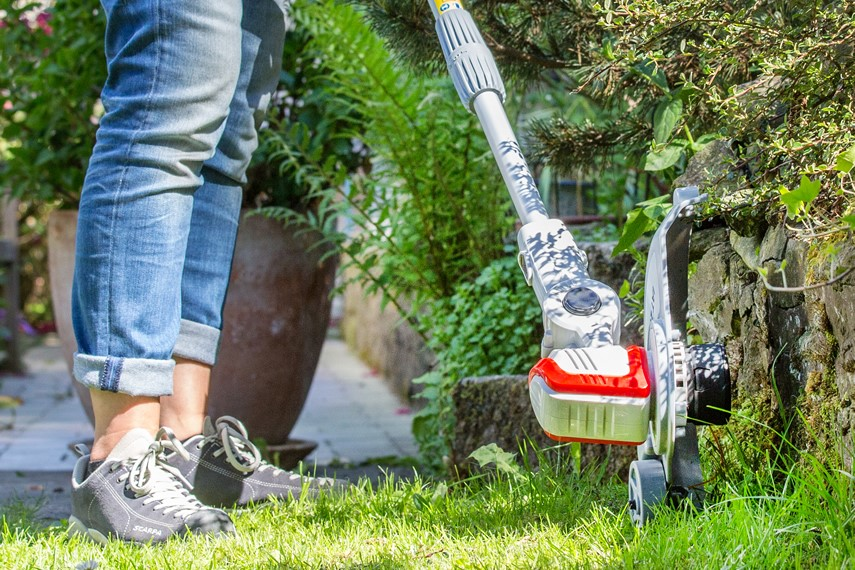 Lawn Trimmer with edge roller